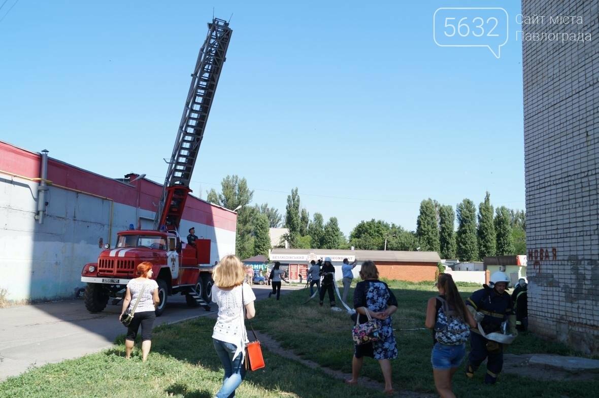 Пожар в многоэтажке Павлограда: спасатели вынесли из огня мужчину, фото-5