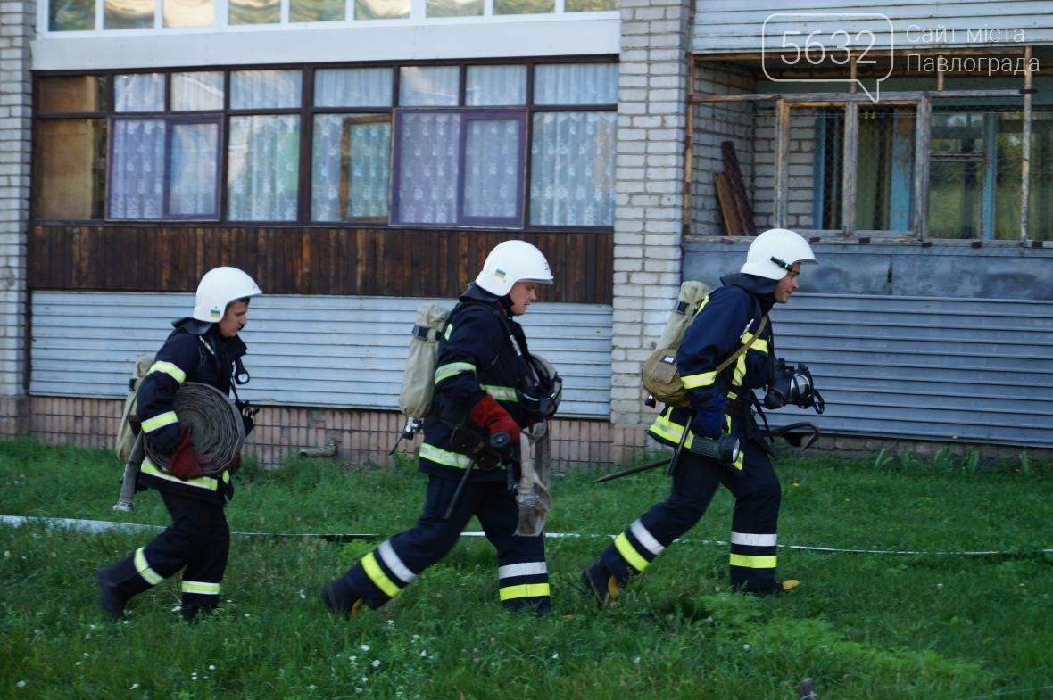 Пожар в многоэтажке Павлограда: спасатели вынесли из огня мужчину, фото-11