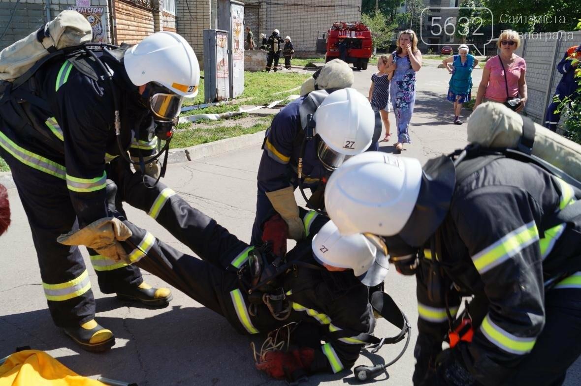 Пожар в многоэтажке Павлограда: спасатели вынесли из огня мужчину, фото-8