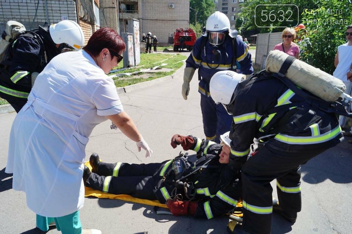 Пожар в многоэтажке Павлограда: спасатели вынесли из огня мужчину, фото-10