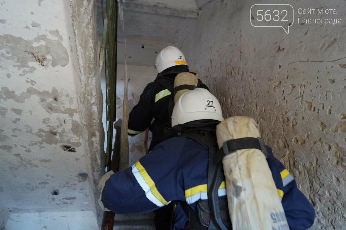 Пожар в многоэтажке Павлограда: спасатели вынесли из огня мужчину, фото-3