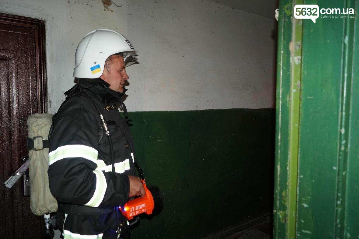 Пожар в многоэтажке Павлограда: спасатели вынесли из огня мужчину, фото-4