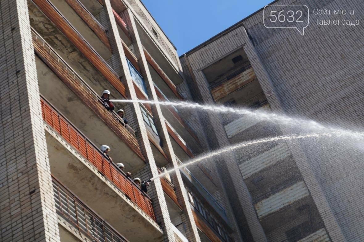 Пожар в многоэтажке Павлограда: спасатели вынесли из огня мужчину, фото-9