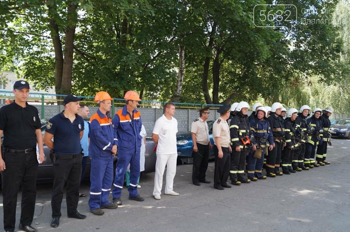 Пожар в многоэтажке Павлограда: спасатели вынесли из огня мужчину, фото-12