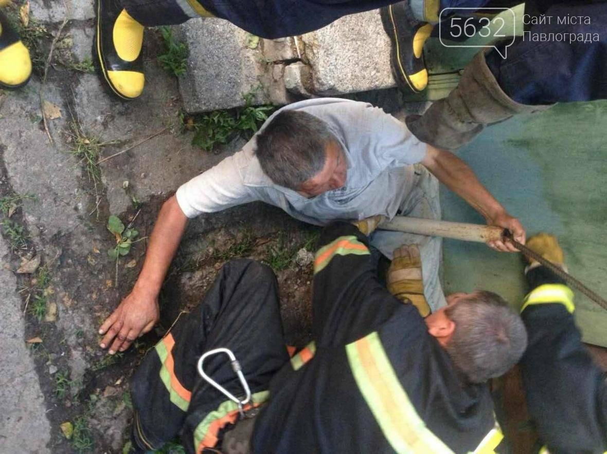 Павлоградец едва не задохнулся, застряв в щели между зданием и трубой, фото-1