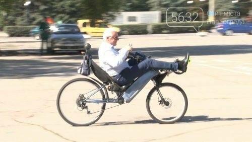 Мэр Павлограда проехался по городу на оригинальном велосипеде, фото-1