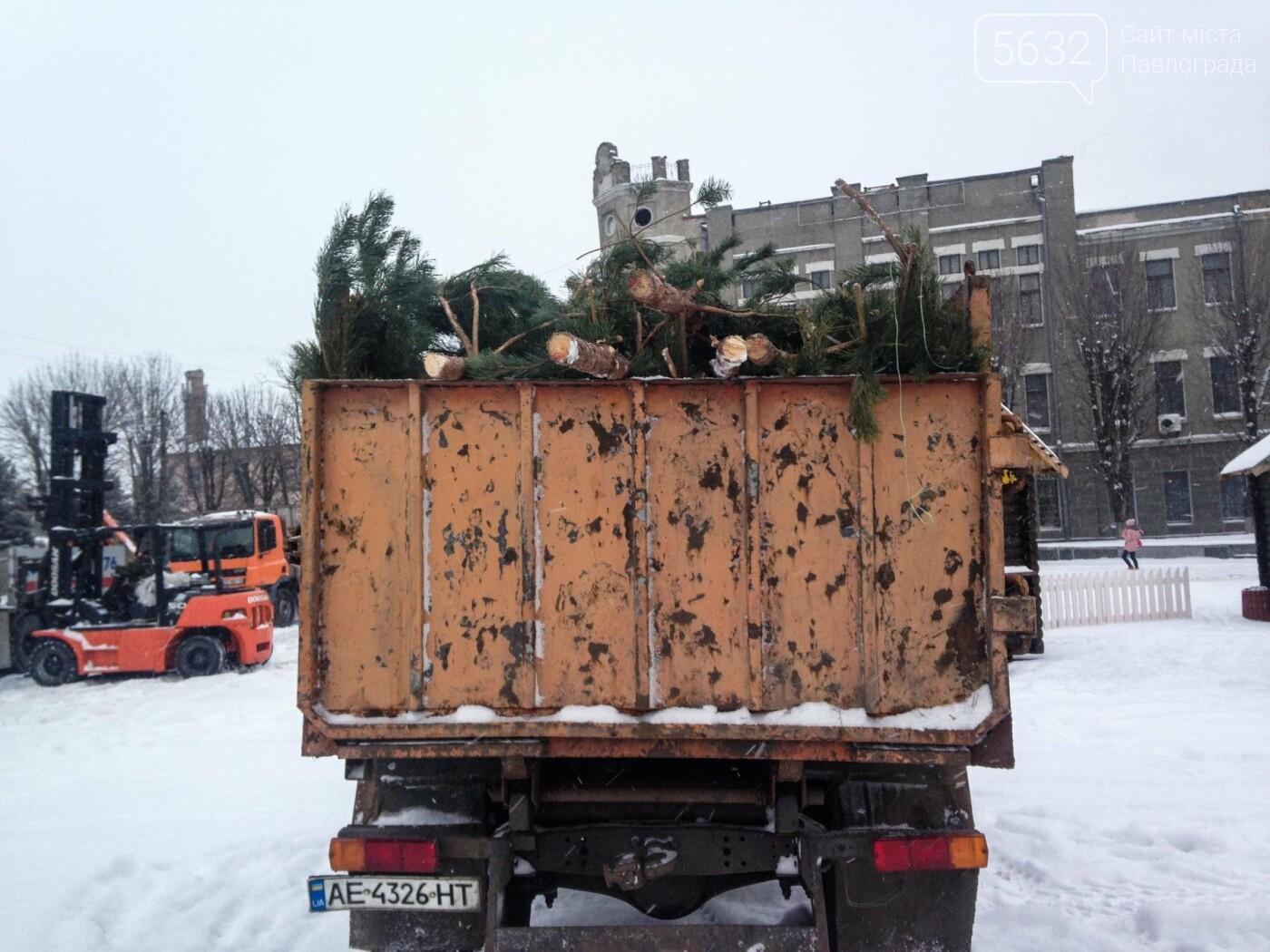 Свята закінчилися: у Павлограді розбирають ялинку, фото-8