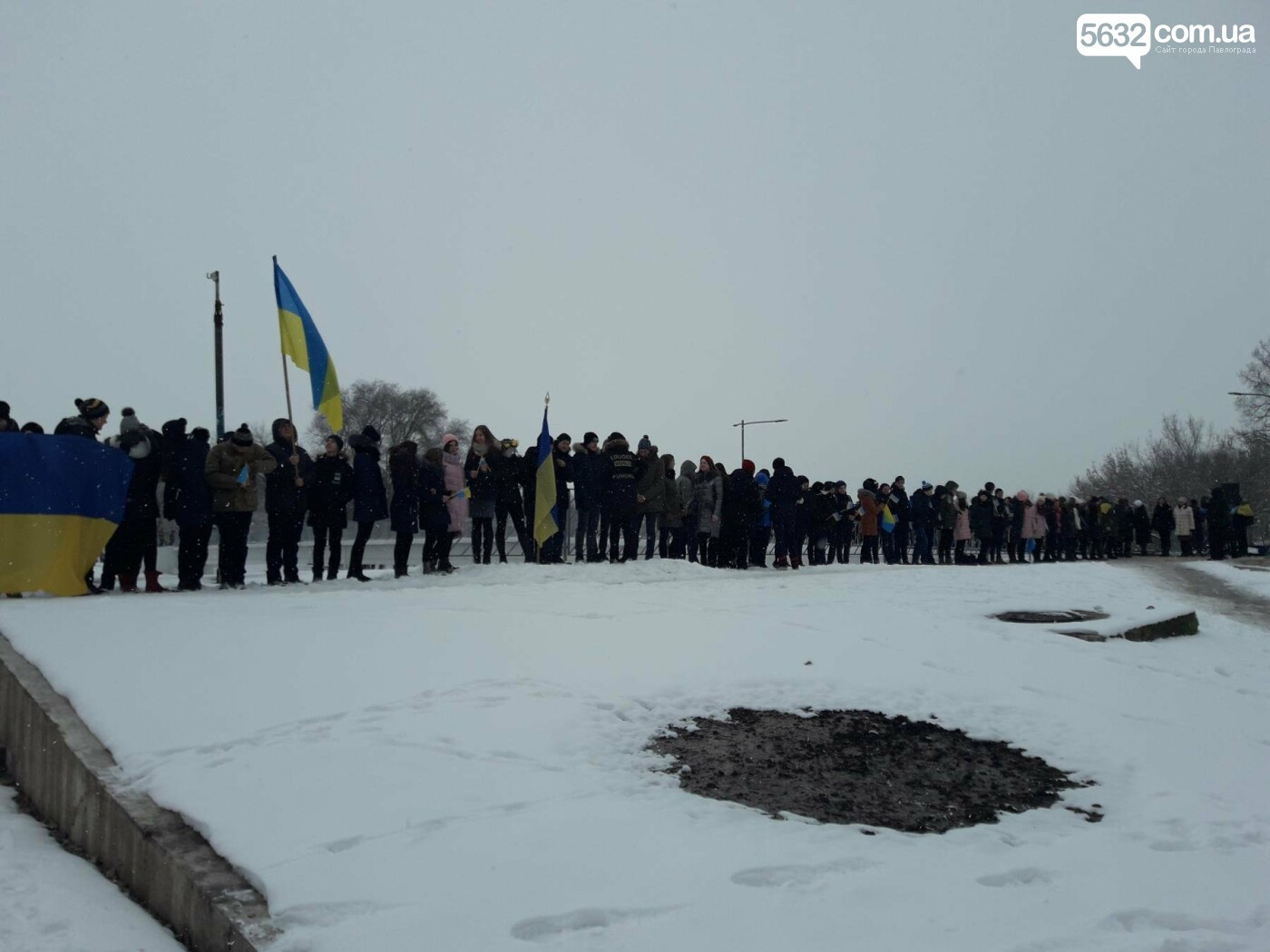 Молодь Павлограда живим ланцюгом з'єднала два берега Вовчої, фото-1