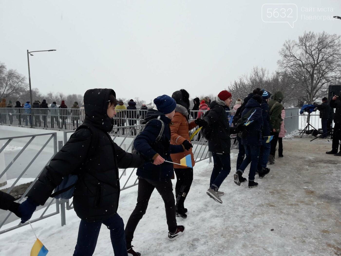 Молодь Павлограда живим ланцюгом з'єднала два берега Вовчої, фото-3