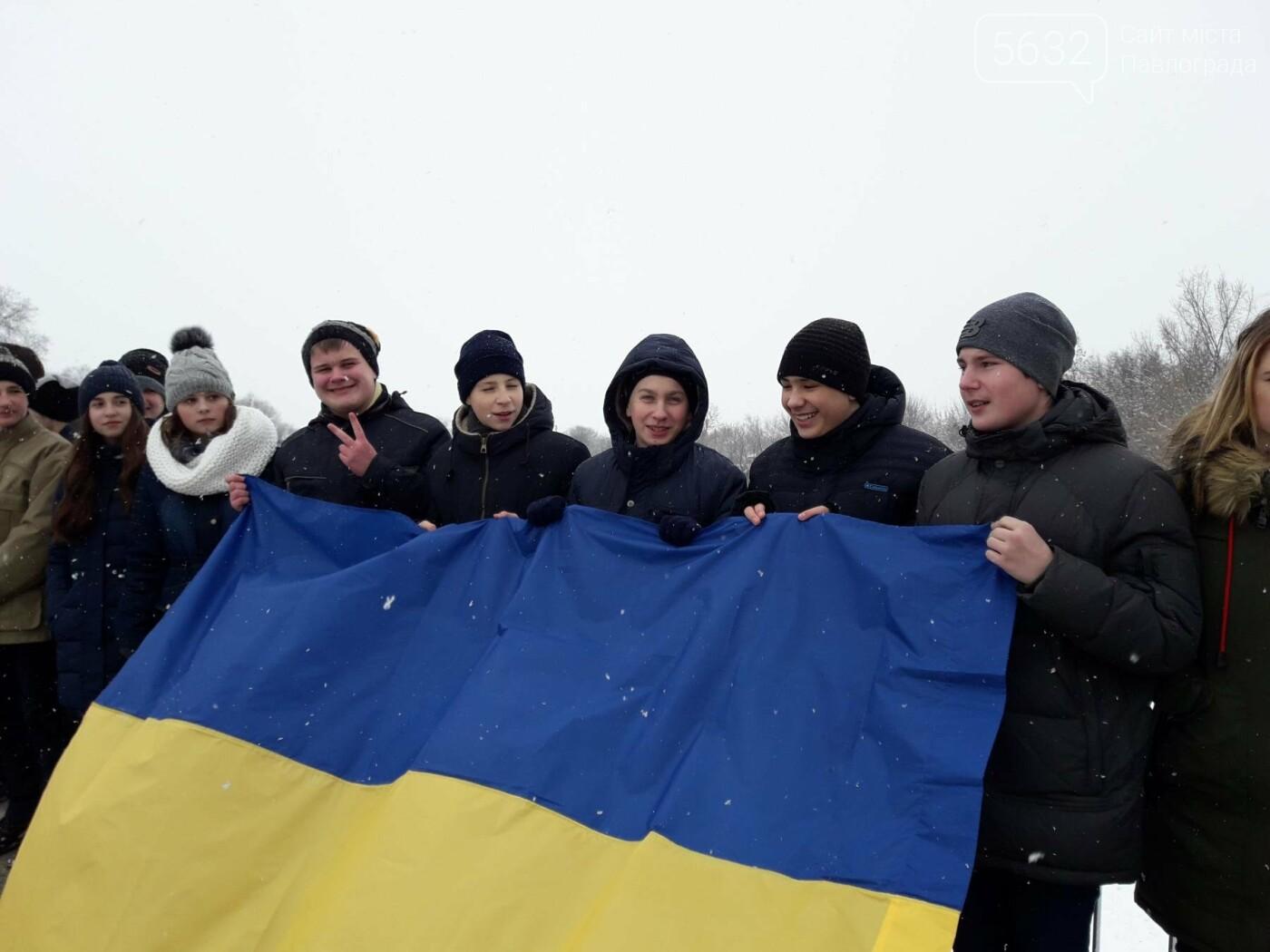 Молодь Павлограда живим ланцюгом з'єднала два берега Вовчої, фото-2
