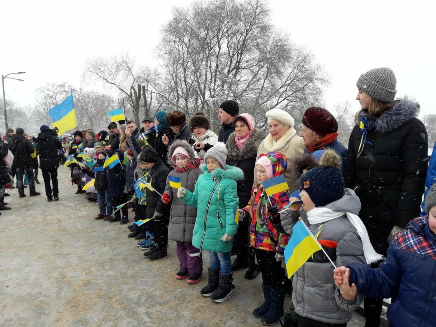 Молодь Павлограда живим ланцюгом з'єднала два берега Вовчої, фото-9