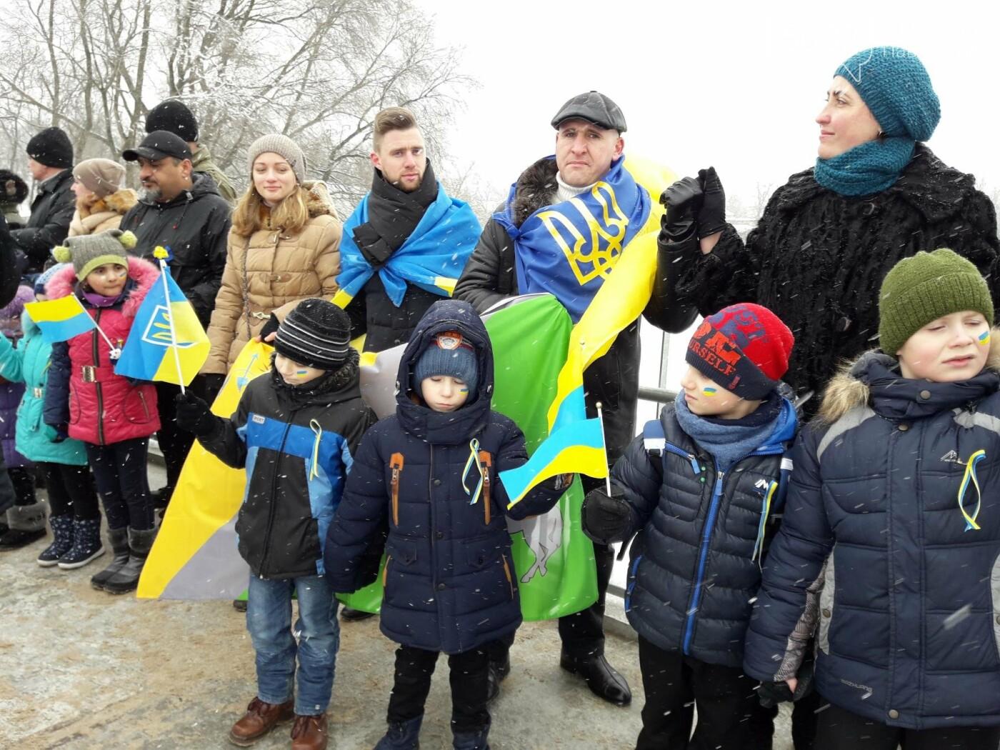 Молодь Павлограда живим ланцюгом з'єднала два берега Вовчої, фото-5