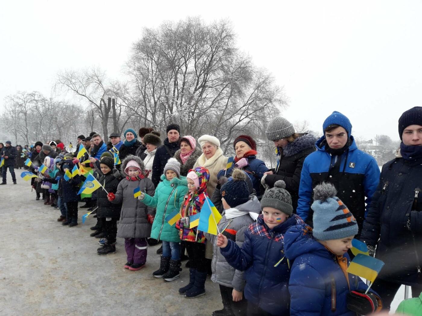 Молодь Павлограда живим ланцюгом з'єднала два берега Вовчої, фото-7