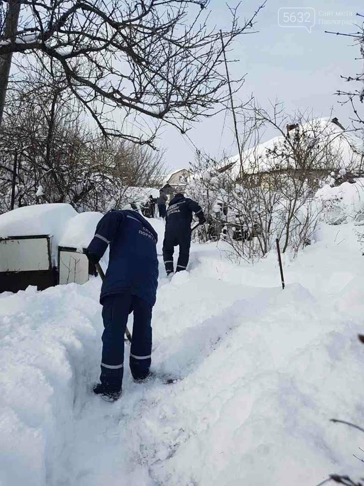 Рятувальники допомогли стареньким розчистити подвір'я, фото-3