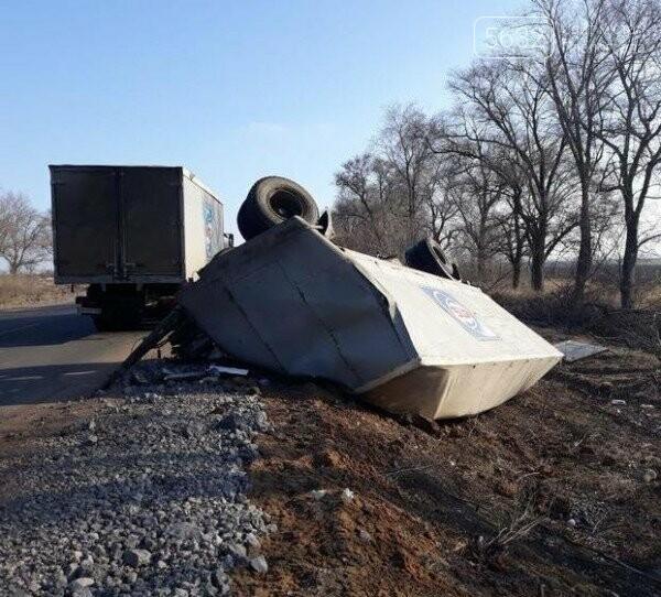 На Днепропетровщине произошло ДТП: продукты АТБ полетели в кювет, фото-1