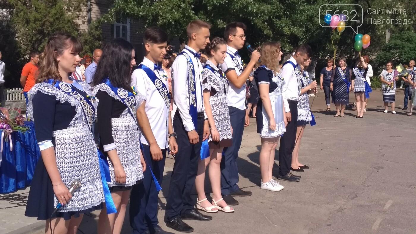 Цьогоріч зі школою попрощалися майже 1600 павлоградських випускників, фото-3