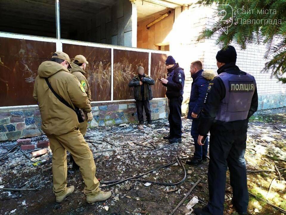 В Павлограде задержали вандала, разбиравшего заброшенный бассейн «Дельфин», фото-1