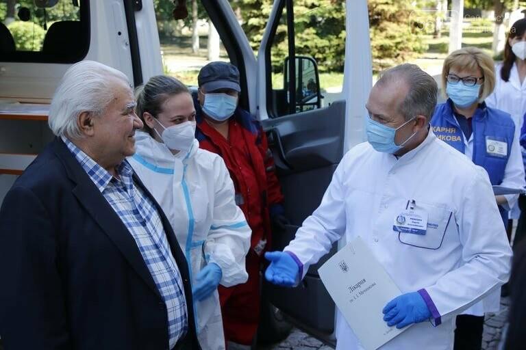 Из больницы им. Мечникова выписали двух пожилых жителей области, переболевших коронавирусом, фото-1