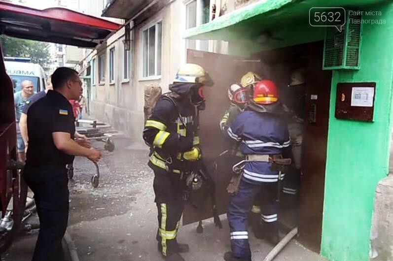 В Першотравенске спасатели на руках вынесли пожилого мужчину из задымленного подъезда, фото-5