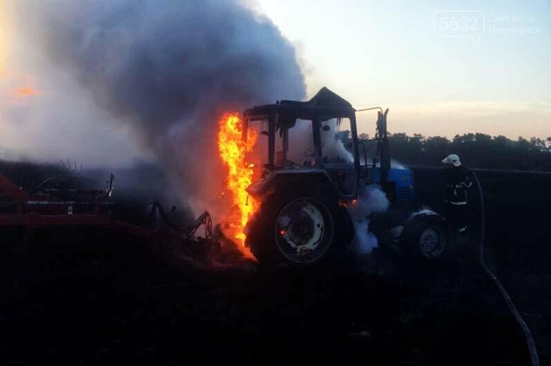 В Петропавловском районе прямо на поле загорелся трактор, фото-1