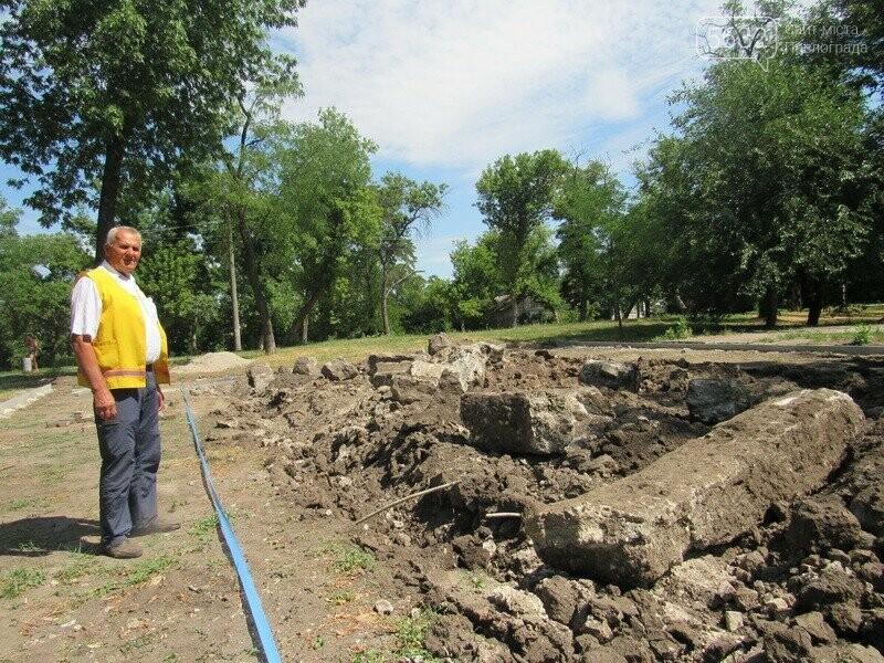 Павлоградские коммунальщики во время проведения земляных работ обнаружили старинные кирпичи, фото-2