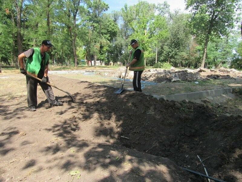 Павлоградские коммунальщики во время проведения земляных работ обнаружили старинные кирпичи, фото-1