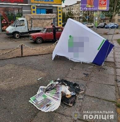 Двух павлоградцев, поваливших агитационную палатку и поджёгших газеты, отправили под домашний арест, фото-1