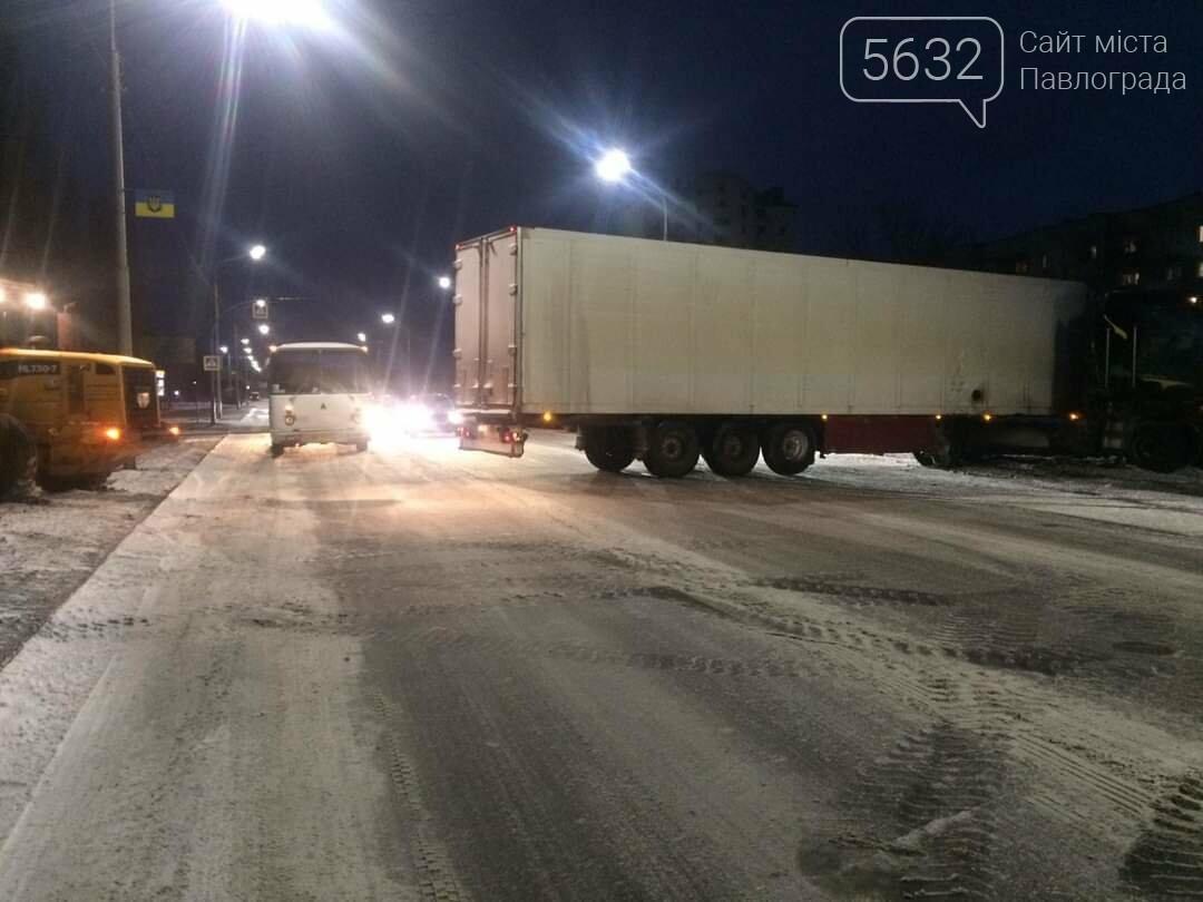В Павлограде в районе ПШС грузовик застрял в снегу (ФОТО), фото-1