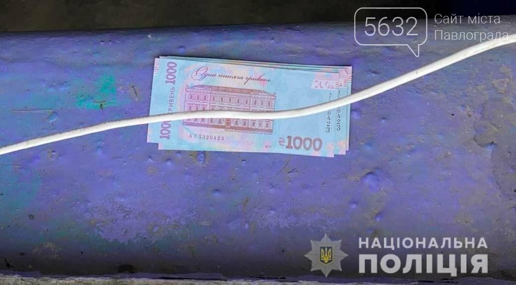 В Першотравенске полицейские задержали женщину, которая рассчиталась сувенирной тысячной купюрой, фото-1