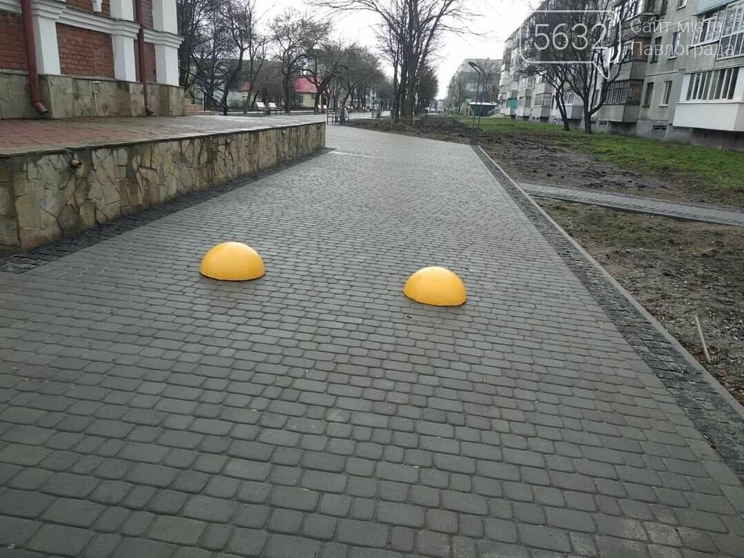 В Павлограде продолжают установку бетонных полусфер, чтобы защитить тротуары от проезда и парковки транспорта, фото-2