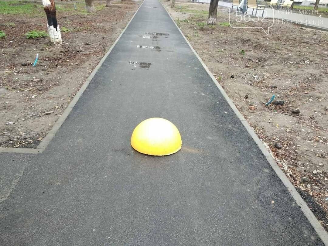 В Павлограде продолжают установку бетонных полусфер, чтобы защитить тротуары от проезда и парковки транспорта, фото-3