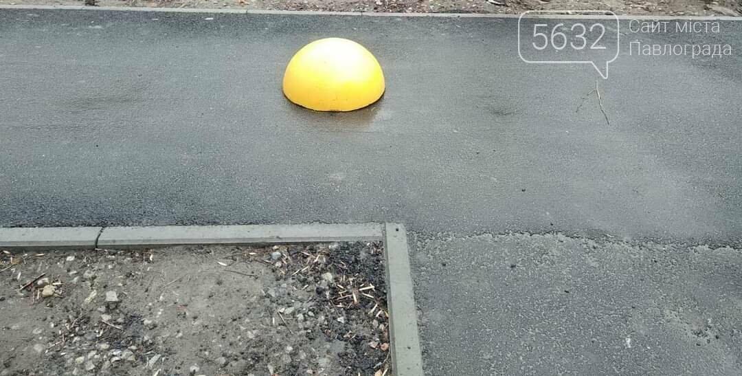 В Павлограде продолжают установку бетонных полусфер, чтобы защитить тротуары от проезда и парковки транспорта, фото-4