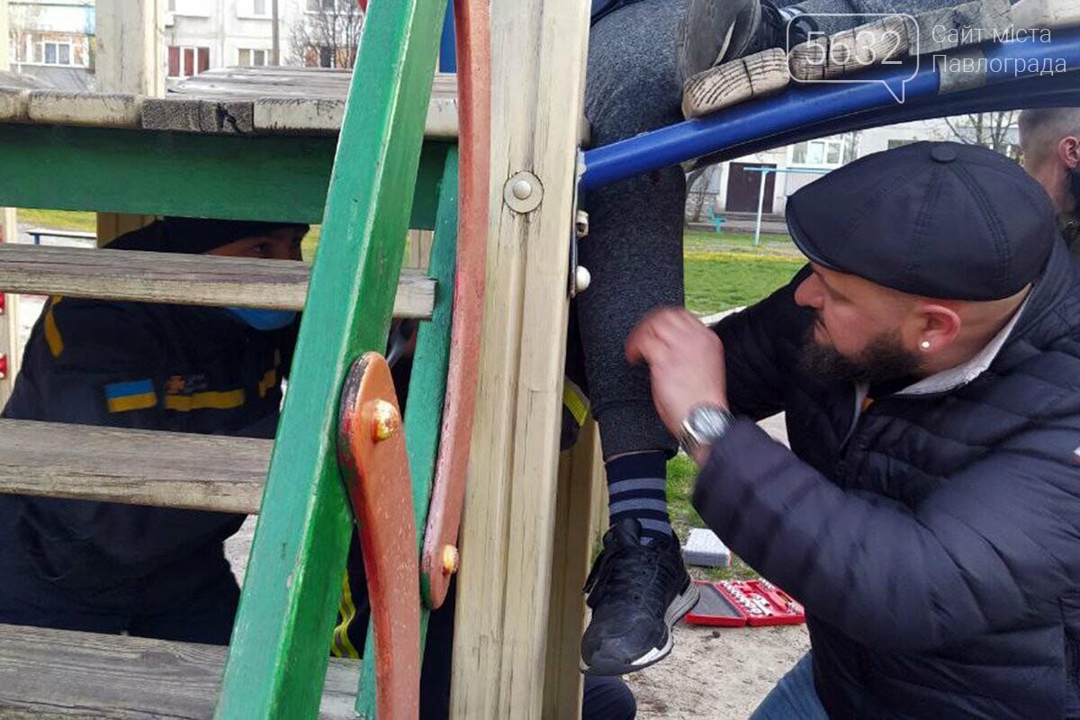 В Першотравенске на детской горке мальчик застрял ногой между ступенек, фото-1