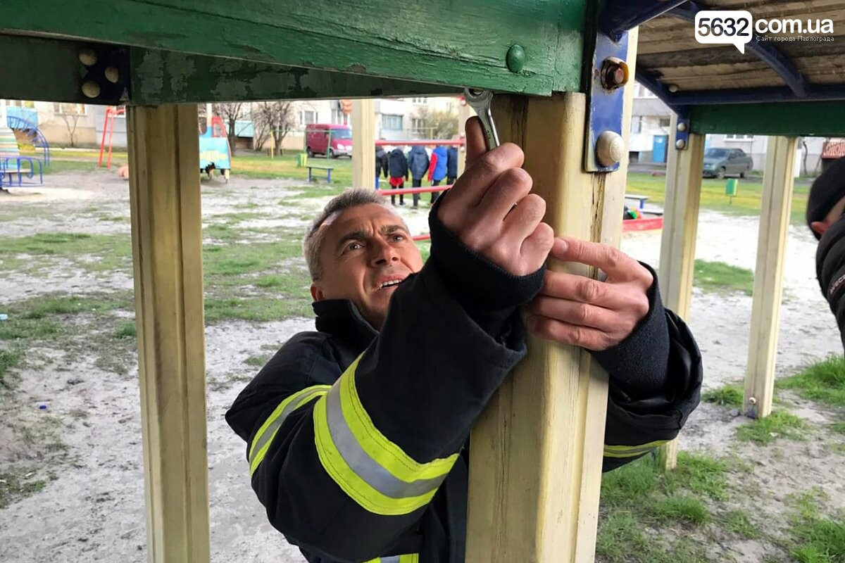 В Першотравенске на детской горке мальчик застрял ногой между ступенек, фото-3