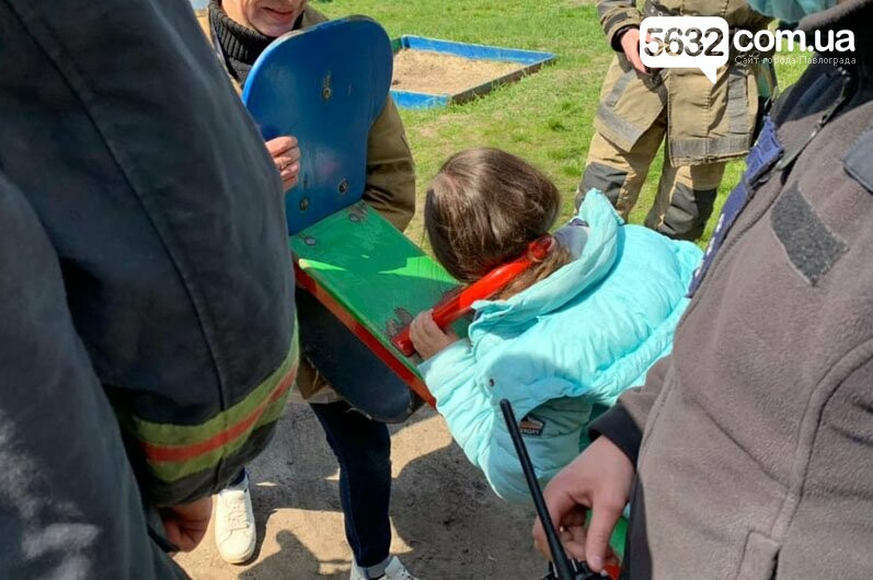 В Павлограде спасали девочку, которая застряла головой в качели (ВИДЕО), фото-1