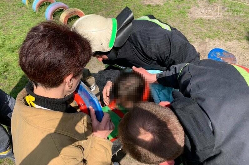 В Павлограде спасали девочку, которая застряла головой в качели (ВИДЕО), фото-2