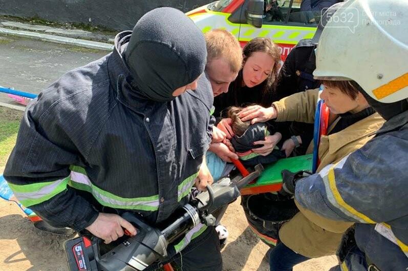 В Павлограде спасали девочку, которая застряла головой в качели (ВИДЕО), фото-3
