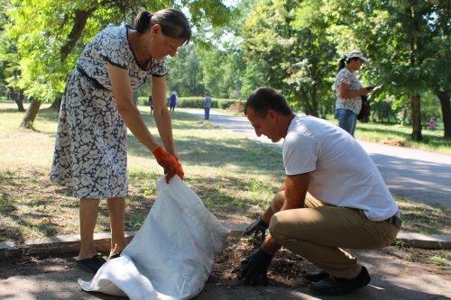 Напередодні свят павлоградці прибирали у парку 1 Травня, фото-1