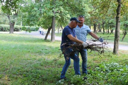 Напередодні свят павлоградці прибирали у парку 1 Травня, фото-2